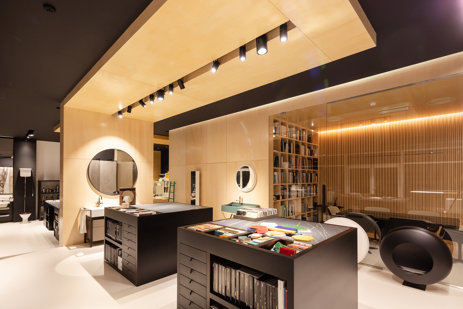Showroom Balnenum Design / RH+ Arquitectos