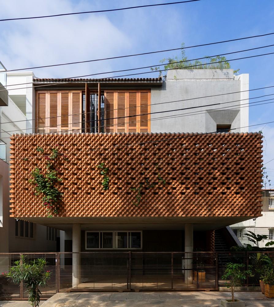 Residencia con fachada de ladrillo / Greyscale Design Studio